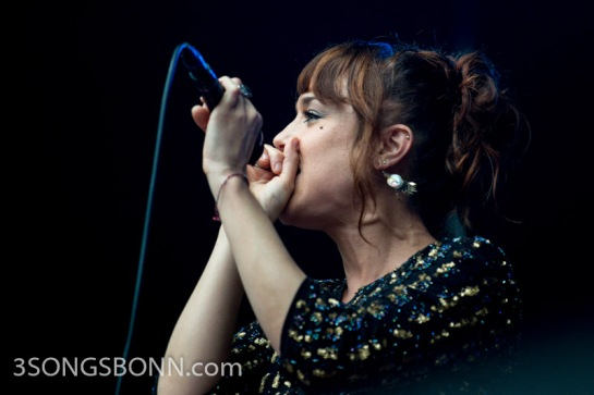 How to play the invisible kazoo - a lesson from Zaz