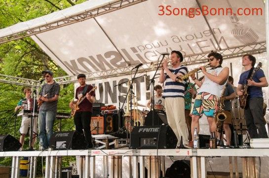 Mondo Mash Up Soundsystem get Kunst!Rasen off the ground for 2014
