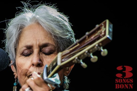 Joan Baez - checking lyrics on the backs of her eyelids